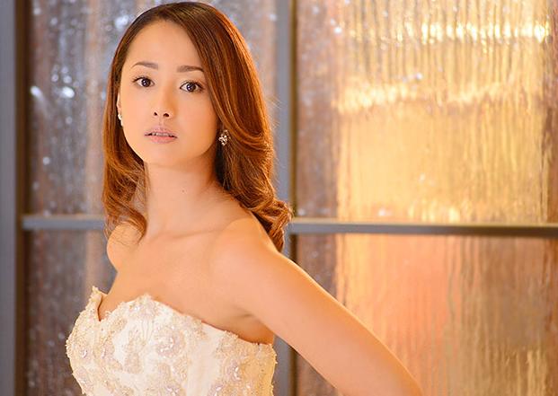 刺繍のきれいなドレスを着ているデコルテが美しい沢尻エリカの画像